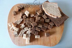 Хлеб нарежем на кусочки размером 1-0,5 см.