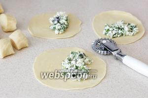 Из теста сделать колбаску, нарезать на кусочки. Каждый кусочек превратить в лепёшку и тонко раскатать. Выложить начинку.