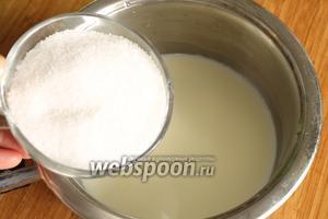 А пока готовим заливку. В ковше подогреть 1 стакан молока, всыпать сахар и перемешать до полного его растворения.