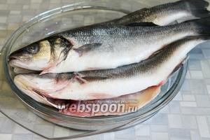 Рыбу очистить, выпотрошить и промыть.
