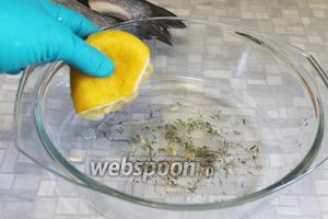 Приготовить маринад: к сухому тимьяну добавить лимонный сок (семечки убрать),