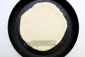 Раскатываем тесто в не очень тонкий пласт и переносим в форму для выпекания. Отставляем в тёплое место на 20-30 минут.