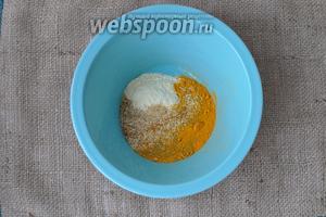 Смешаем специи, панировочные сухари, кукурузную муку в миске и добавим соль.