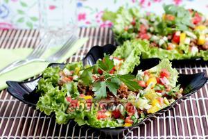 Стир-фрай из говядины на салатных листьях