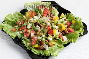 Сверху выложить измельчённые овощи. Подавать сразу же.