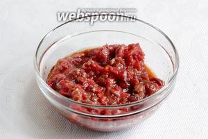 Поместить мясо в маринад, перемешать и оставить на 30 мин мариноваться при комнатной температуре.
