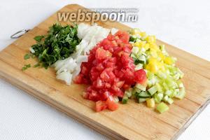 Пока маринуется масо, нужно нарезать все овощи для салата мелкими кубиками, чтобы можно было брать палочками маленькие кусочки. Смешать всё в отдельной посуде и отставить.