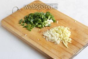 Подготовить имбирь, зелёный лук и чеснок. Лук нарезать, имбирь и чеснок можно натереть на тёрке. Я просто измельчила всё ножом.