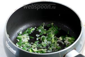 Сначала нагреть сковороду. Затем влить 2 столовых ложки масла и накалить их. Я использовала обычное подсолнечное масло, но можно жарить на кунжутном или добавить его к любому растительному. Быстро обжарить имбирь с зелёным луком и чесноком, при постоянном помешивании, в течение 1 минуты.