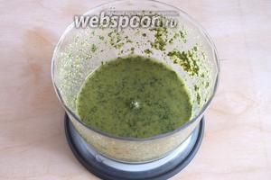 Измельчите ингредиенты до состояния соуса.