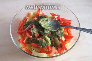 Заправьте салат зелёным соусом и перемешайте.