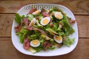 Перепелиные яйца отварить до готовности. Остудить. Очистить. Разрезав пополам, выложить на салат.
