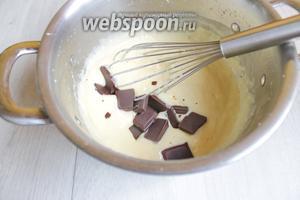 Тоже самое делаем для шоколадного крема. Только теперь добавим 0,5 ст. л. крахмала и столько же муки. И когда крем будет готов, добавим поломанный шоколад. Размешаем.