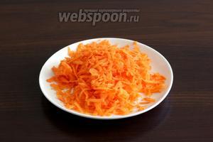 Морковь натереть или нарезать мелкой соломкой. Добавить к мясу.