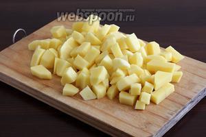 Картофель нарезать не крупными кусочками. Чем меньше размер кусочков, тем быстрее он приготовится.