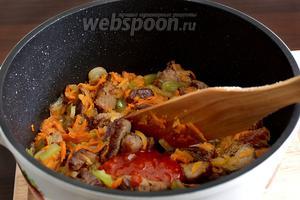 К мясу с овощами можно добавить столовую ложку аджики или томатной пасты, размешать и долить стакан воды, дать потомиться под крышкой 15 минут, чтобы говядина быстрее разварилась.