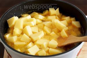 Затем очередь картофеля. Добавить его в казан и залить водой, чтобы едва покрыла картофель. Подсолить по вкусу. Закрыть крышкой и тушить около часа, до полного разваривания мяса и картофеля. Можно периодически помешивать.