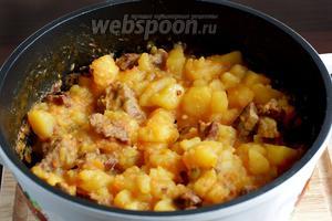На конечном этапе картофель с мясом выглядит так. Жидкости не остаётся.