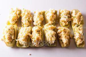 Выкладываем начинку в «лодочки» из жареных огурцов (получится где-то по столовой ложке с горкой).