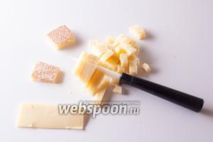 Чеддер режем кубиками с гранью 5 мм. Если гауда служит связующим начинки, то кубики сыра интереснее воспринимаются «на укус». Но, если кому лень, можно не возиться.