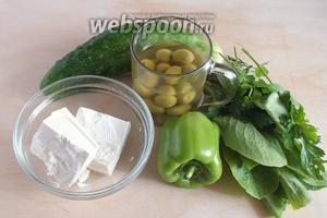Подготовьте необходимые ингредиенты салата: огурцы, зелёный перец, зелёные оливки, руккола, щавель, шпинат, петрушка и укроп.