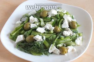 Разложите салат по тарелкам или выложите на большое плоское блюдо. Рассыпьте сверху оливки, раскрошите брынзу, полейте заправкой и подавайте! Приятного аппетита и «зелёного» настроения!