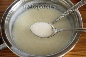 Итак, вы решили, что консистенция каши вас устраивает. Снимите с огня и сразу же добавьте сахар. Опять же ориентируйтесь на свой вкус. Я например, на данное  количество риса и жидкости, всегда добавляю 2 ст. л. сахара. Перемешайте хорошенько, чтобы сахар полностью растворился.
