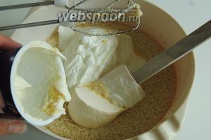 Затем, в массу добавляем творог и крем-фреш, можно заменить на некислую жирную сметану.