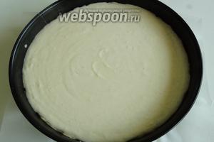 В форму прямо на тесто выливаем половину творожного крема.