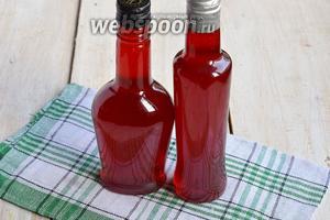 По прошествии этого времени ликёр разлить по бутылкам, предварительно профильтровав. Малиновый ликёр готов.