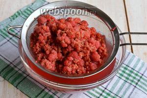Опять процедить ягоды. К жидкости добавить остальной сахар и довести до кипения. Охладить.