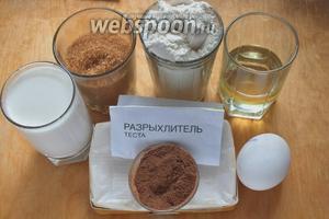 Подготовьте необходимые ингредиенты: муку, сахар, молоко, масло, сыр, какао, яйцо и разрыхлитель.
