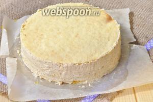 Крошку смешаем с остатками крема и этой смесью выровняем бока торта.