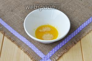 Желатин замочить в апельсиновом соке. Когда желатин набухнет, нагреть на паровой бане до полного растворения. Не кипятить! Добавить сахар.