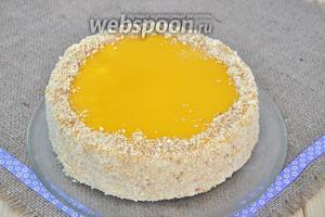 Залить верх торта заливкой, а бока обсыпать крошкой.