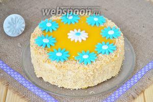 По желанию можно украсить торт цветами из сахарной мастики. Поставить торт пропитаться на несколько часов и можно подавать!