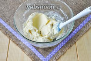 Масло с сахаром и щепоткой соли растереть. Добавить желтки по одному, перемешивать до однородности.