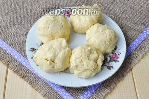 Всыпать муку с разрыхлителем и быстро собрать тесто в комок, не месить долго, иначе тесто получится затянутым и коржи будут жёсткие. Разделить тесто на количество коржей, выложить на тарелку и поставить в холод на 30 минут.