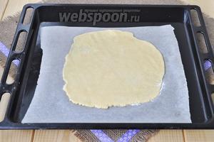 Тем временем тесто остыло. Катаем каждый корж на бумаге для выпечки и на ней же печём, тесто липкое. Выпекаем 12 минут при 180ºC.