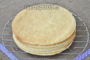 Горячие коржи сразу обрезать по размеру торта, можно использовать тарелку в качестве шаблона. Выложить коржи на решётку дать остыть. Осторожно, коржи хрупкие.