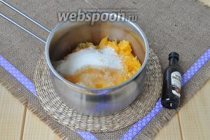 От апельсинов отлить 30 мл сока для заливки. Всыпать сахар и добавить ликёр.