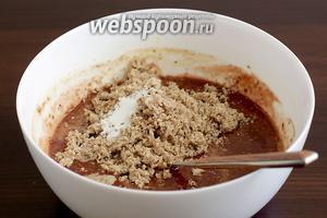 Затем добавить молотые орехи, ванилин и разрыхлитель, размешать до однородной смеси.
