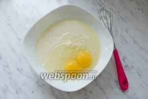 Добавить яйца и ванилин, хорошо взбить.