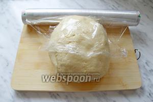 Замесить мягкое эластичное тесто. Завернуть в плёнку и убрать в морозильную камеру на 15 мин.