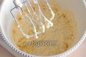 Размягчённое масло, творог, сахар и ванильный сахар взбейте в пышный светлый крем.