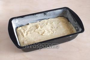 Выложите тесто в форму для кекса и отправьте в разогретую заранее духовку.