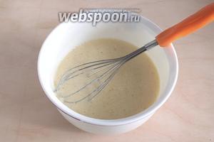 Размешайте до однородности банановое пюре с кефиром, маслом и яйцом. Не взбиваем!!!