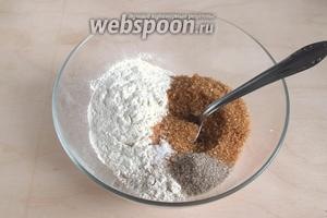 В другой миске смешайте сухие ингредиент теста: 2 вида муки, сахар, разрыхлитель и ванильный сахар.