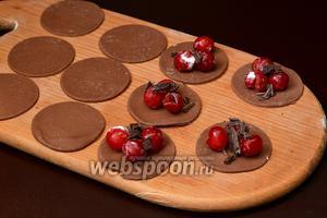 На кружки теста выложить вишню, посыпать шоколадом.