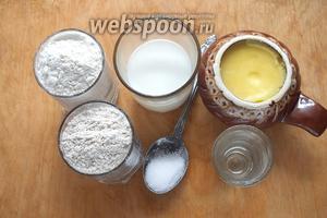 Подготовьте необходимые ингредиенты: муку белую (хлебопекарную в/с), муку пшеничную цельнозерновую, молоко, топлёное масло, соль, воду.